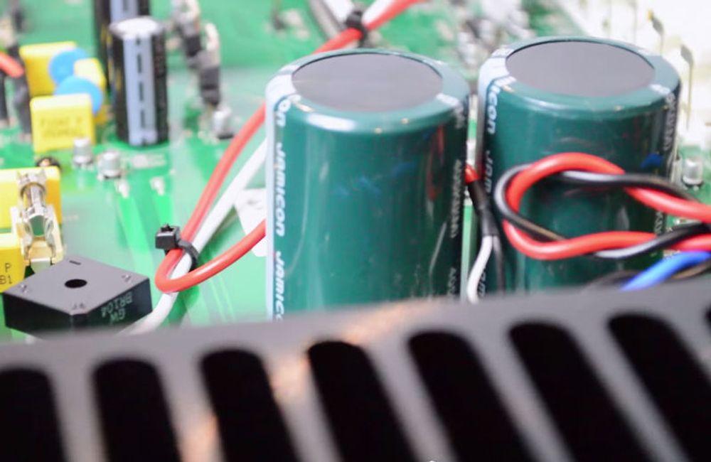 Ici, les 2 énormes condensateurs Jamicon du Musical M3si
